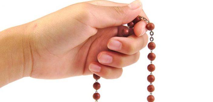 El rosario es orar sentados a los pies de la Madre recordando la vida del Hijo