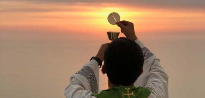El figura del sacerdote nos invita a convertir nuestra vida para dirigirnos a Dios